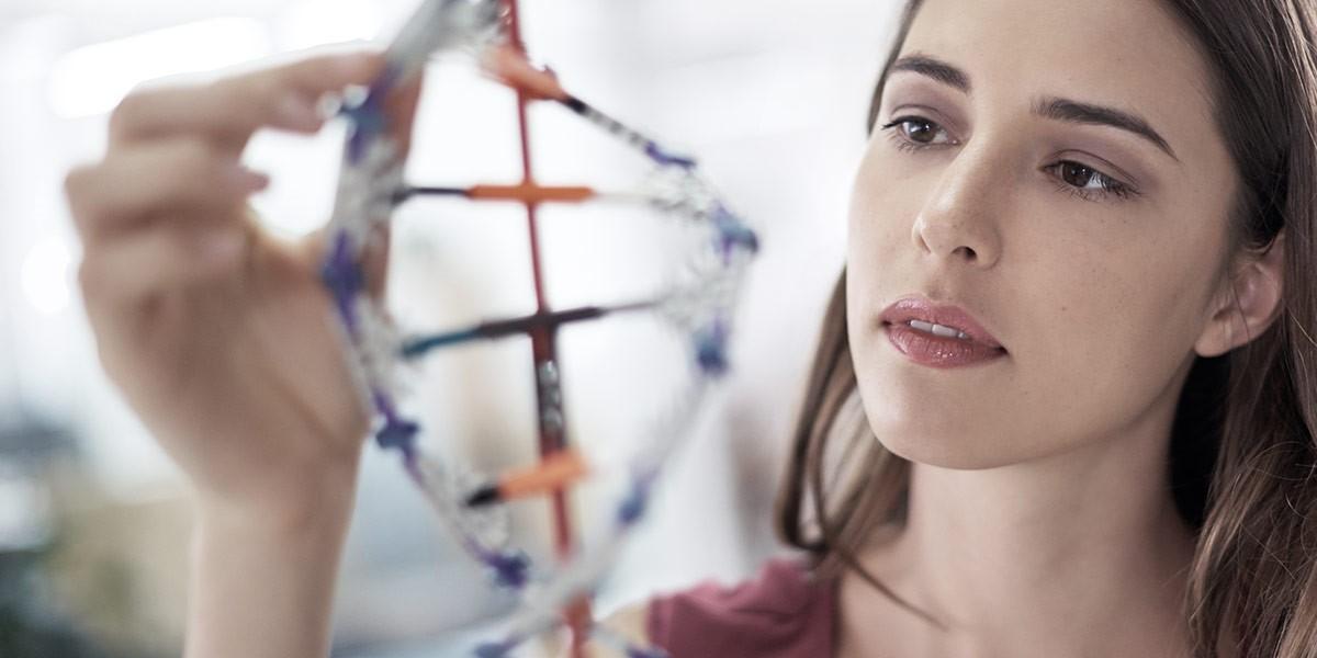 Atradius Annual Report 2018 - Image of woman looking at DNA   Atradius